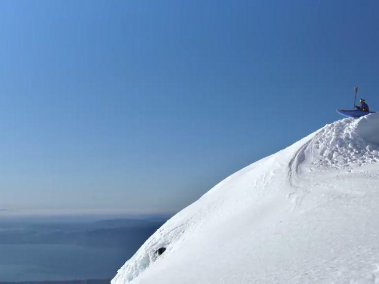 Il descend en kayak une montagne enneigée à 100 km/h