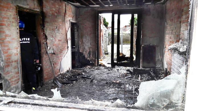 Het interieur van de door brand verwoeste woning aan de Joost van den Vondelstraat in Almelo.