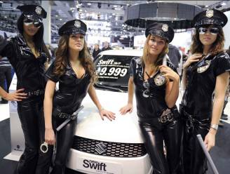 Autosalon sputtert: een verhaal van ronkende motoren, sloten champagne en schaars geklede hostessen