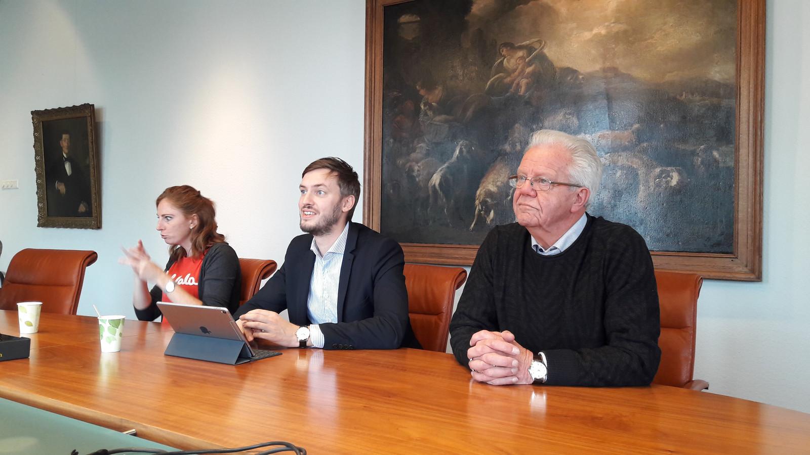 Wethouder Rik Compagne (midden) tijdens het persgesprek over 'meedoen' in Meierijstad. Links van hem een gebarentolk, rechts Gerard Visser van Stichting Toegankelijk Meierijstad.