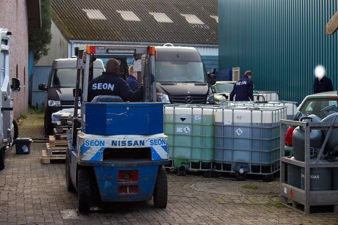 Specialisten ruimen het drugslab in Wijchen op.