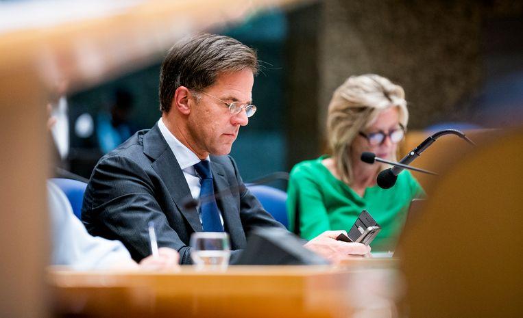 Premier Mark Rutte met zijn telefoon. Zijn berichtenverkeer is nog altijd een goed bewaard geheim. Beeld Freek van den Bergh / de Volkskrant