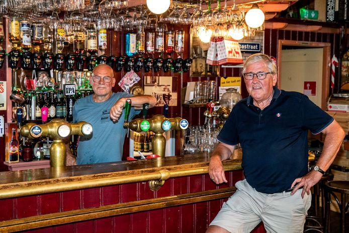 Jos Bergevoet (rechts) zit zaterdag in 't Proathuus van kastelein Gerrit Velthuis (links) bij de expositie over oude cafés in Wijhe. Ook in het Holstohus in Olst en het Wapen van Wesepe zijn mini-exposities over oude dranklokalen in respectievelijk Olst en Wesepe.