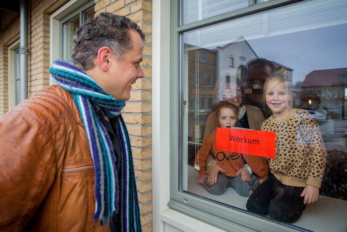 Meester Jan van Wees op bezoek bij Tess Janssen (7) jaar en har zusje Pip (5) met als stad van de Elfsteden Workum