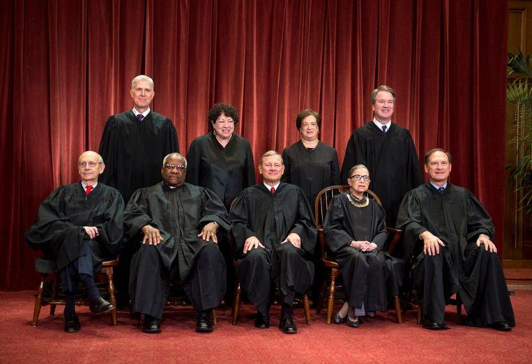 Het huidige Hooggerechtshof. Vooraan van links naar rechts: Stephen Breyer (L), Clarence Thomas (C), John G. Roberts (C), Ruth Bader Ginsburg (L) en Samuel Alito (C). Achteraan van links naar rechts: Neil Gorsuch (C), Sonia Sotomayor (L), Elena Kagan (L) en Brett M. Kavanaugh (C).  Beeld Photo News