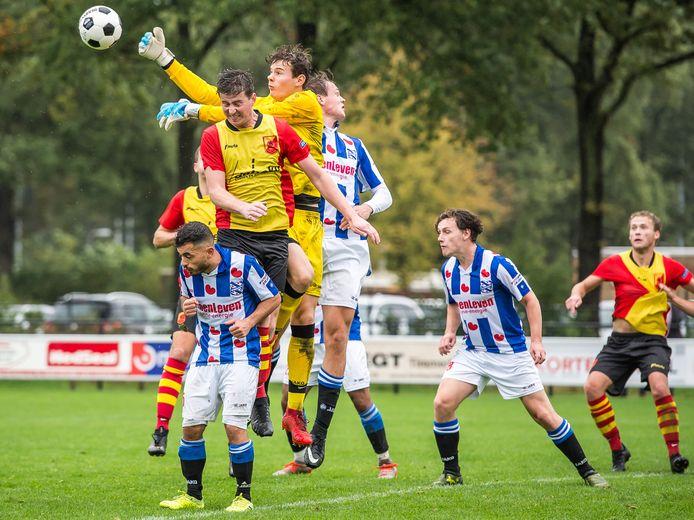 Winand Quartel - namens Heerenveen heersend in het strafschopgebied tegen SV Dalfsen - speelt komend seizoen bij Flevo Boys.
