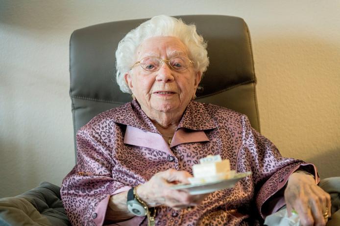 Geertje Hase-Spang eet een gebakje om haar 102de verjaardag te vieren.