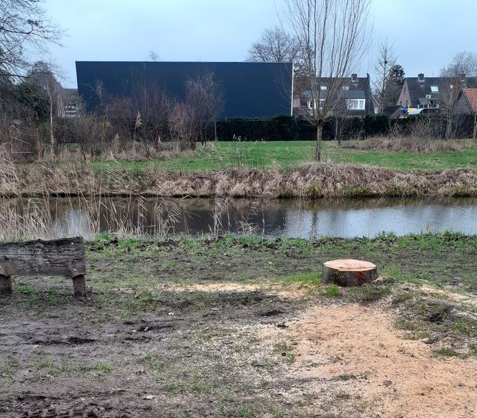 Van de fladderiep in Moergestel rest niet meer dan een stronk en het bord, waardoor de bedrijfshal van Van Laarhoven voorbij de Reusel nog prominenter in beeld staat