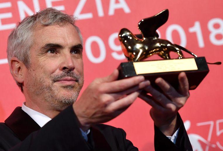 De Mexicaanse regisseur Alfonso Cuaron holds nam zaterdag de Gouden Leeuw in ontvangst, de hoofdprijs van het Filmfestival van Venetië.   Beeld EPA