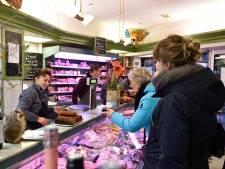 Trouwe klanten in de rij voor laatste dag scharrelslager Gouda