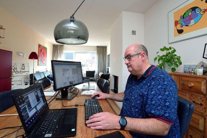 Richard Gesell werkt vanuit huis aan de vormgeving van de krant.