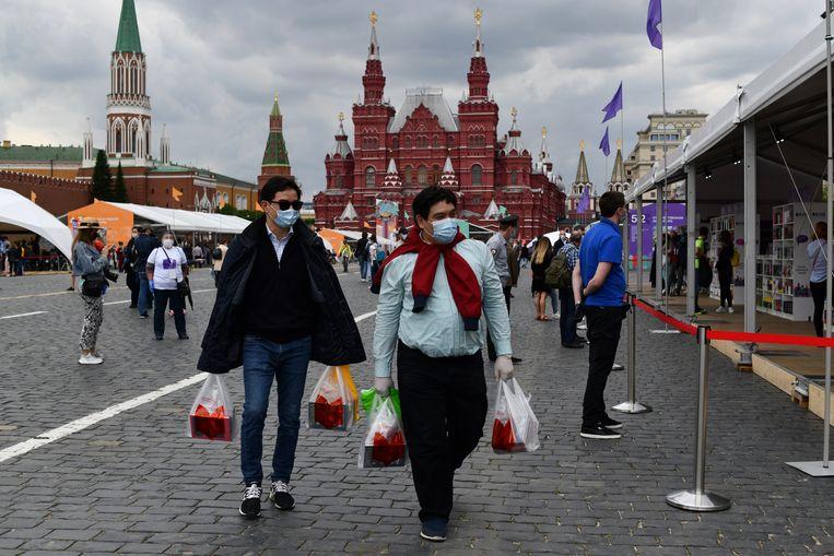 Kopers lopen met maskers en handschoenen over de stille boekenmarkt. Poetin's 'normaal' is nog verre van normaal in Moskou, waar nog steeds strenge lockdownregels gelden. Beeld Yuri Kozyrev / Noor