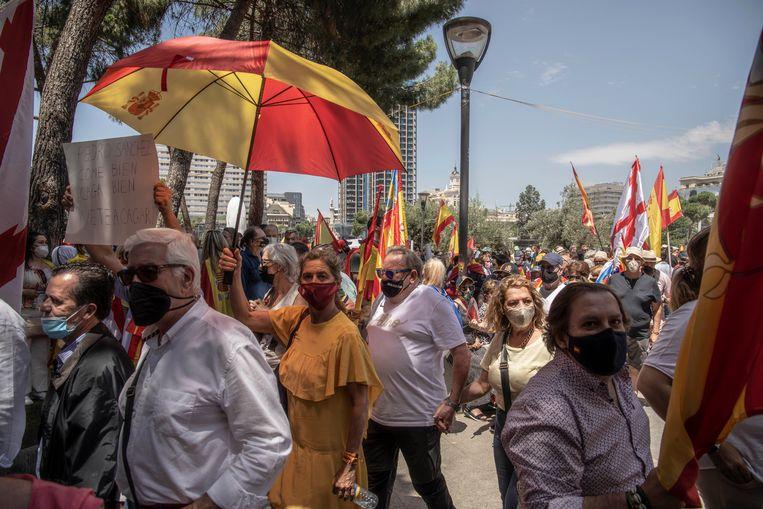 Een rood-gele menigte vult het Columbus Plein in Madrid. De Madrilenen protesteren tegen de aantasting van de 'ondeelbare' eenheid van Spanje. Beeld Cesar Dezfuli