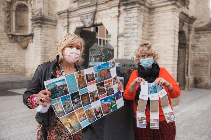 Schepen van Toerisme Hilde Vautmans (links) en burgemeester Veerle Heeren (rechts) stellen het gloednieuwe stadsplan van de stad voor.