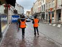 De covidstewards op pad in de Steenstraat in Brugge.