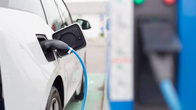 """""""Maak snelle laadstations voor elektrische wagens verplicht in tankstations"""""""