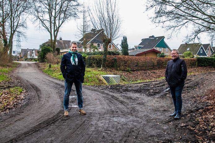 Ronald Bos (l) en Koos Casemir van actiegroep Natuurlijk Twello nabij een van de plekken waar de randweg zou kunnen gaan lopen. Zij willen niet dat de weg er komt.