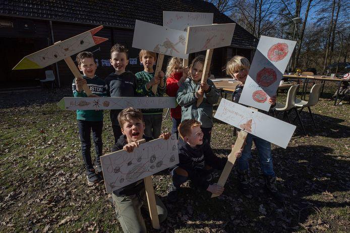 Kinderen uit Oerle hebben bordjes gemaakt die hondenbezitters oproepen de poep van hun viervoeter op te ruimen.