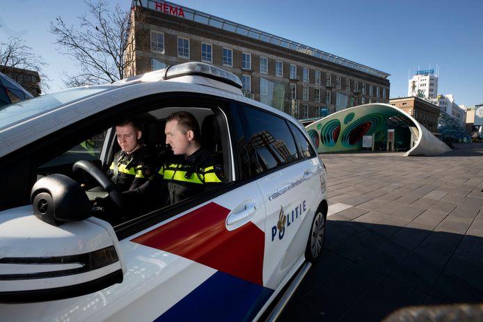Agenten Stijn  van Dijk (r) en Steef Seijkens surveilleren door de veelal verlaten straten van Eindhoven, waaronder een leeg 18 Septemberplein.