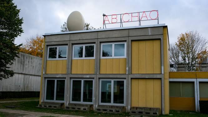 Koen Vanmechelen poot eieren en neoninstallaties neer op VUB-campus