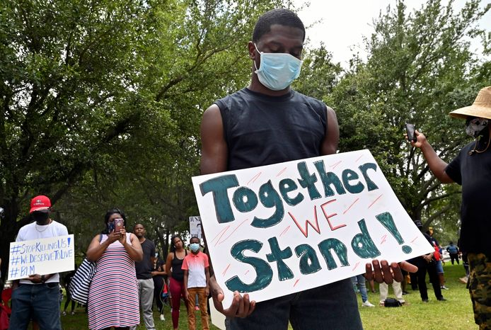 Demonstranten betogen bij het gerechtsgebouw van Glynn County in Brunswick, Georgia, om gerechtigheid te eisen voor de dood van Ahmaud Arbery.