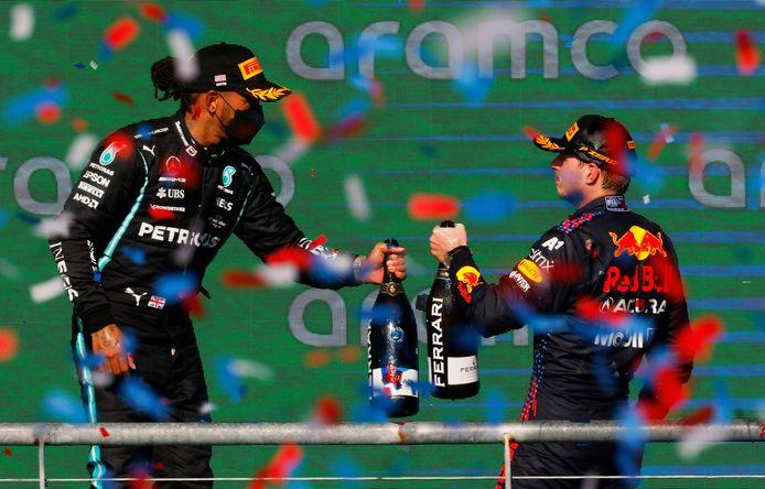 Max Verstappen en Lewis Hamilton zondag op het podium in Austin.