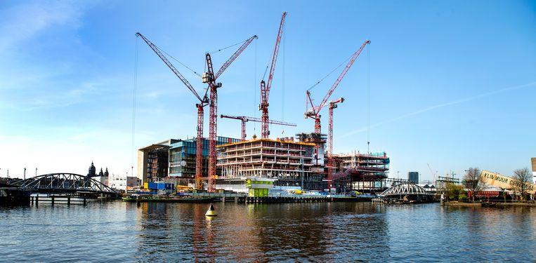 Booking.com laat vlakbij het Centraal Station in Amsterdam een nieuw hoofdkantoor bouwen. Beeld Klaas Jan van der Weij