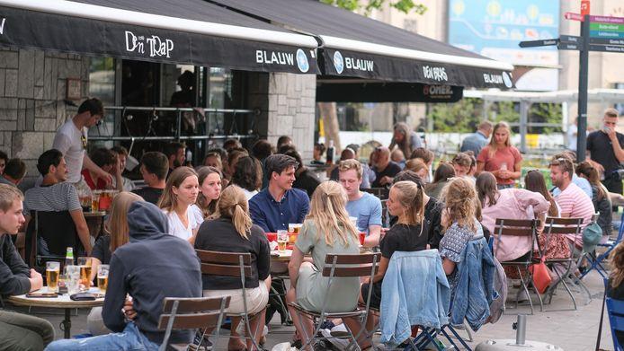 Het grote terras aan café Den Bras nabij het Station, vorige zomer