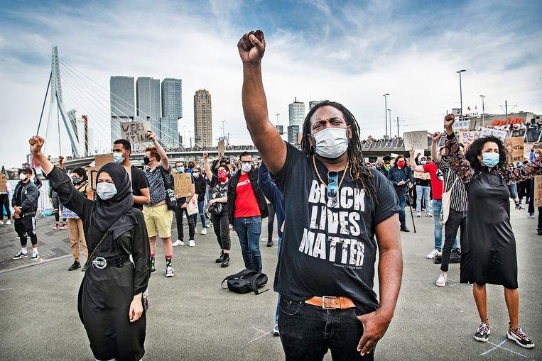 Black Lives Matter-demonstratie  bij de Erasmusbrug, 3 juni 2020, Rotterdam. Beeld Guus Dubbelman / de Volkskrant
