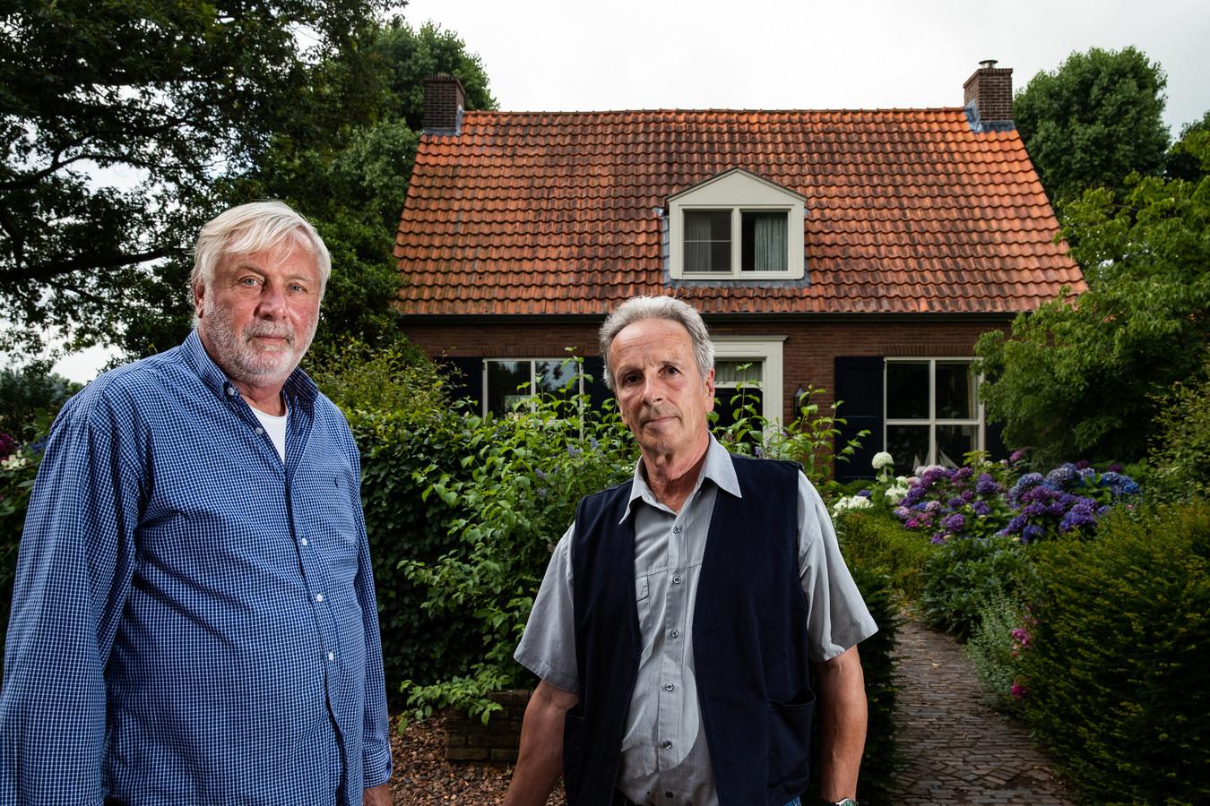 Stichting IJsselhoeven brengt alle wederopbouwboerderijen in het IJsselgebied in kaart. Fred van der Mije (rechts) is gegrepen door de verhalen van de boerderijen, zoals het verhaal van het huis van Carel Meerstadt (links) in Zutphen.