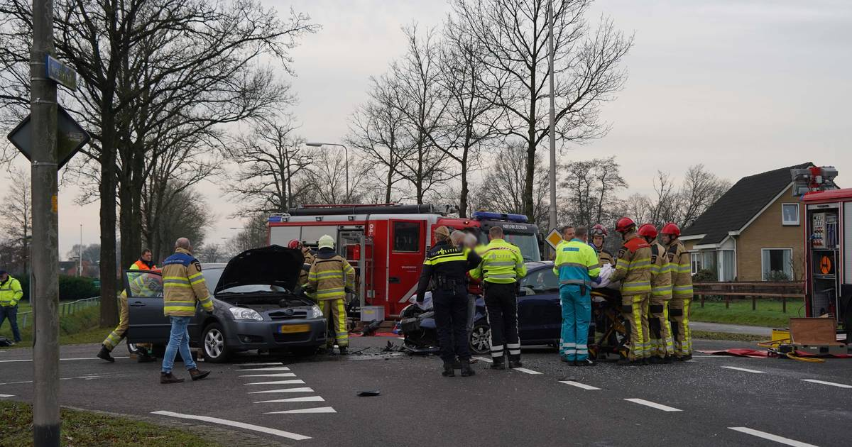 Inzittende uit auto geknipt door brandweer na ongeluk bij Nieuwleusen.