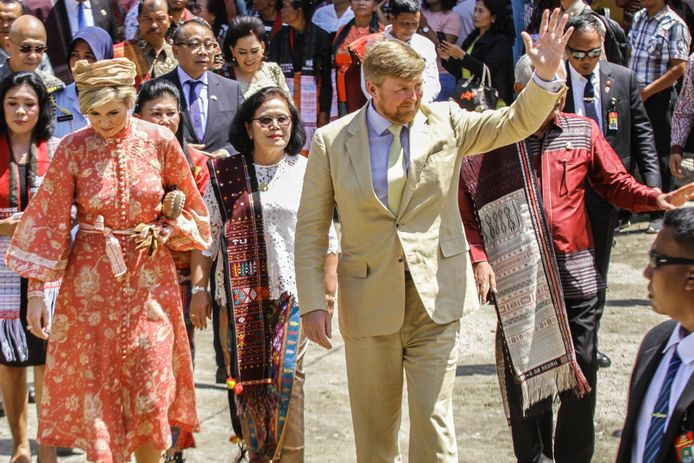 Het koningspaar tijdens een bezoek aan het dorp Lintong Nihuta in Toba op Sumatra.