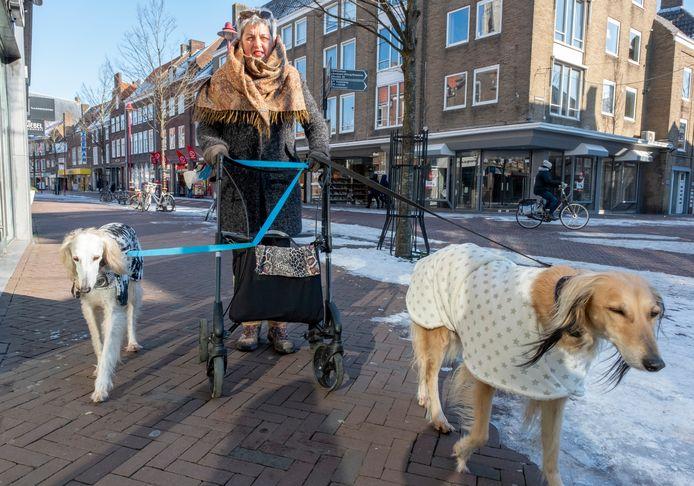 Bianca Slagter met haar honden Lila en Farah.