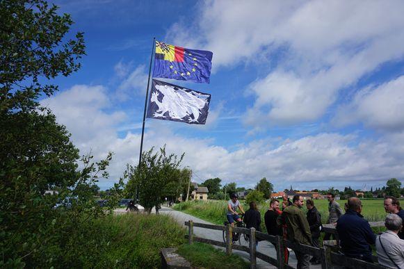 Het startschot van VLAG2020 werd gegeven in Gistel, Herr Seele ziet zijn creatie wapperen in Snaaskerke.