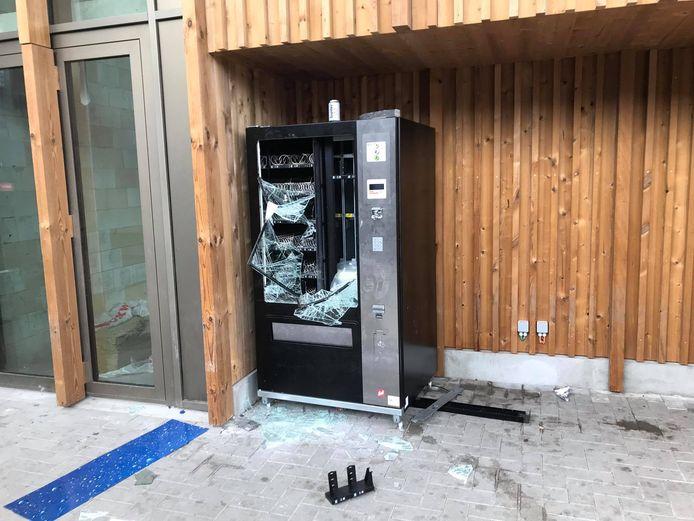 De automaat werd zwaar beschadigd door vandalen.