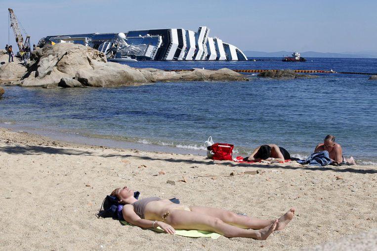 De Costa Concordia ligt vlak voor het eiland Giglio. Beeld EPA