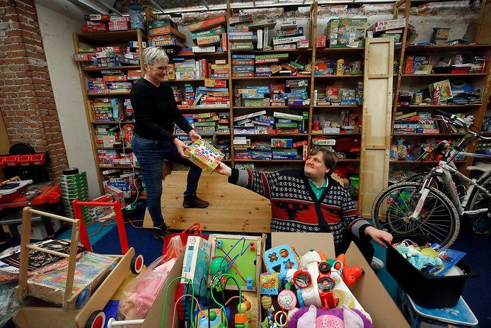 Coby Dekker en Maarten Venhovens ruimen het speelgoed op dat over is na de inzamelingsactie door Stichting Sint Nicolaas Team. Ze zetten Speelgoedbank Gorinchem op, een nieuwe stichting die speelgoed verdeelt onder minimakinderen.