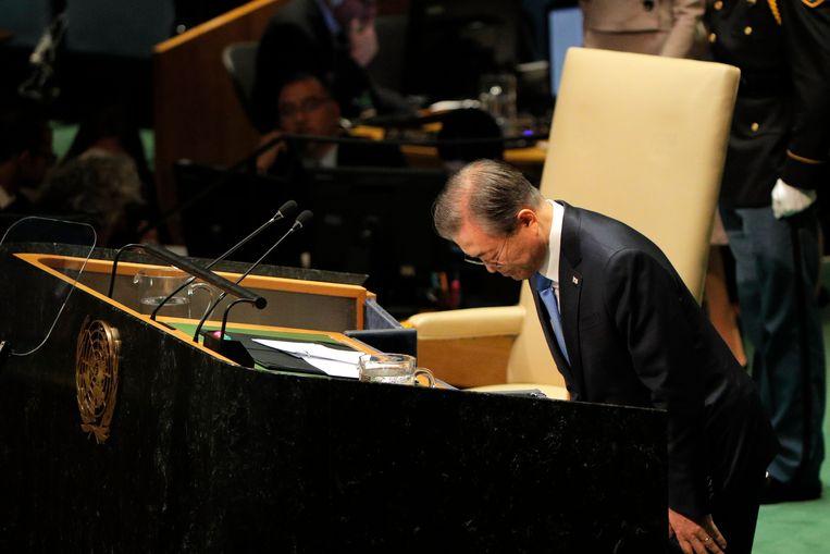 De Zuid-Koreaanse president Moon Jae-in buigt voor hij zijn toespraak begint. Beeld REUTERS