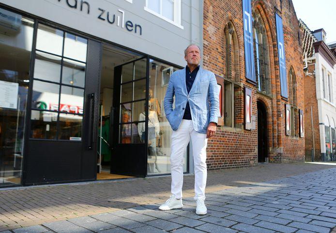 Bert van Zuilen voor zijn zaak in de Arkelstraat. Hij nam tijdens de coronacrisis de tijd om zijn hele bedrijf tegen het licht te houden.