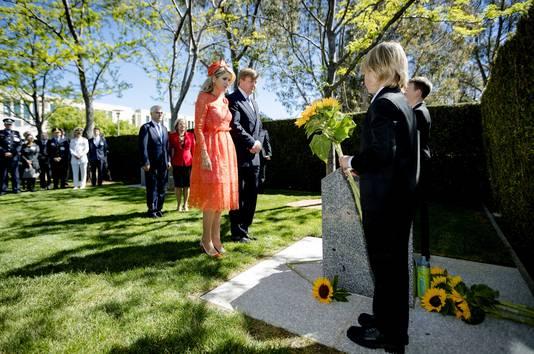 Maxima en Willem-Alexander bij het MH17-monument.