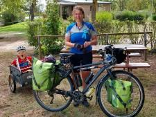 Ex-kankerpatiënte krijgt gezelschap van 'Sarah' op fietstocht voor KWF