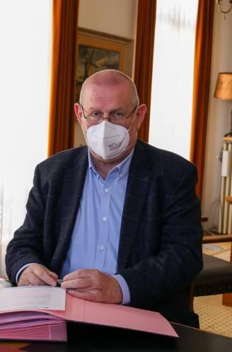 """Burgemeester Hamme terug aan de slag na zware coronabesmetting: """"Laat je alsjeblieft vaccineren, alleen zo krijgen we dit virus weg"""""""