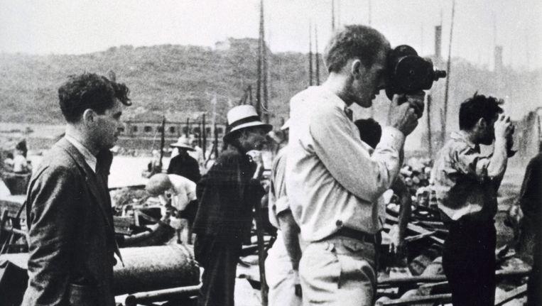 Joris Ivens filmt en Robert Capa fotografeert de puinhopen na de bombardementen op Hankow tijdens de Tweede Chinees-Japanse Oorlog. Beeld Hollandse Hoogte