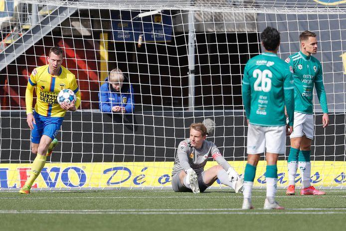 Robert Mühren haalt de bal uit het net.