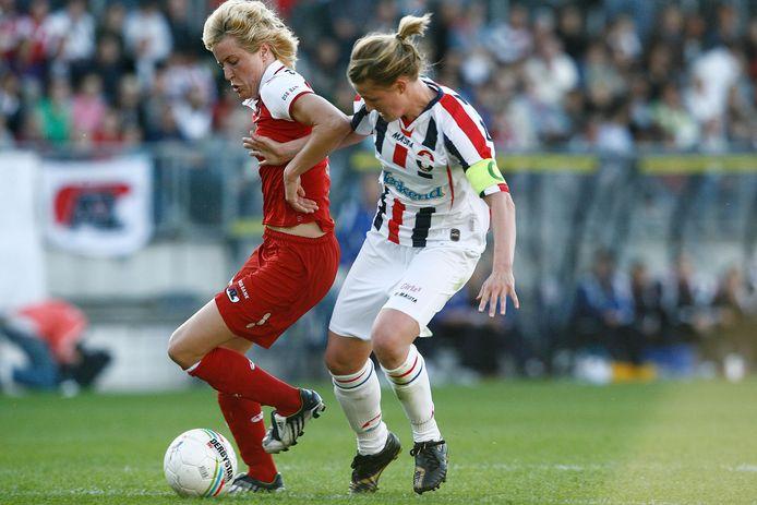 Willem II-aanvoerster Kirsten van de Ven (r) jaagt Daphne Koster van AZ op