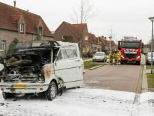 Bestelbus vliegt in brand in Deurne