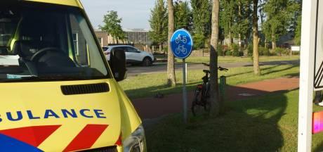 Fietser gewond afgevoerd naar ziekenhuis na botsing met auto Kaatsheuvel