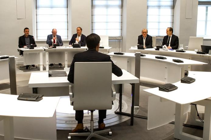 Oud-wethouder Marc-Jan Ahne, op de rug gezien, voor de raadscommissie die het debacle van de Viking onderzoekt.