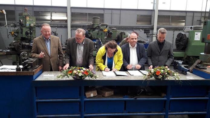 Damen en vakbonden ondertekenen een convenant om de order voor nieuwe onderzeeboten in Nederland te laten landen. Vlnr: directeur Hein van Ameijden van Damen Naval Shipbuilding en vakbondbestuurders Piet Verburg (CNV), Melanie Blonk (RMU), Dirk van Gestel (De Unie) en Carl Kraijenoord (FNV).