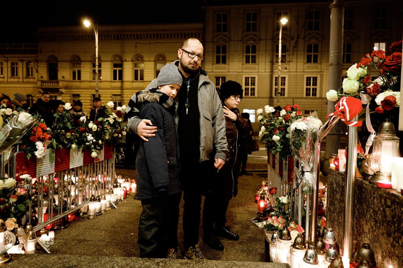 Inwoners van Gdansk komen woensdag bijeen bij het gemeentehuis om hun vermoorde burgemeester Pawel Adamowicz te herdenken.  Beeld Daniel Rosenthal / de Volkskrant